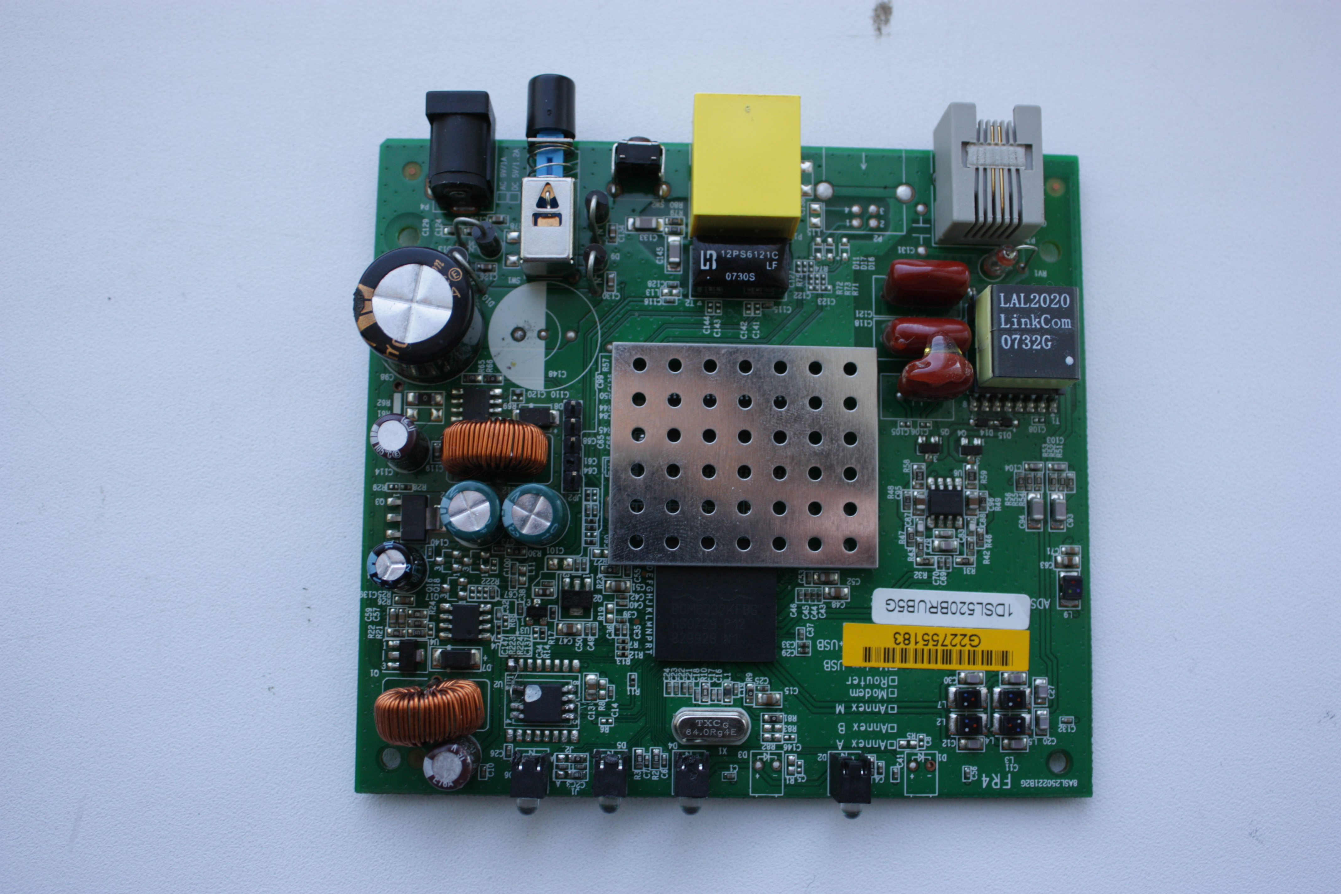 Процессор BroadCom ( BCM6332KFBG ) - 240Mhz.  Кишки модема смотрим здесь.